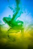 油漆在水,绿色,黄色墨水中 免版税图库摄影