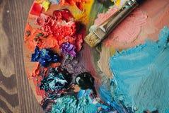 油漆混合程序特写镜头在艺术工作场所 免版税库存图片