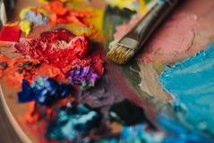 油漆混合程序特写镜头在艺术工作场所 免版税图库摄影
