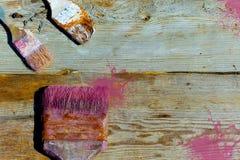 油漆的老使用的刷子在木背景 修理,绘画,内部的整修 做广告的地方 库存照片