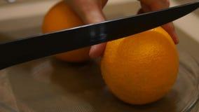 油漆皱皮 手用刀子削皮果子 新鲜的桔子 切桔子 股票视频
