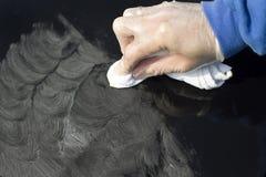 油漆表面的清洁与汽车油漆的 免版税库存图片