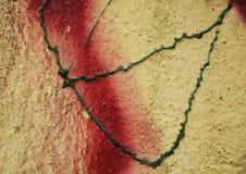 油漆,街道画,在老古色古香的威尼斯式墙壁上的红色黄绿色颜色 库存照片
