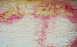 油漆,街道画,黄色,在老古色古香的威尼斯式墙壁上的桃红色软的颜色 库存照片