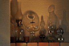油灯 在壁炉架的装饰品 光源 中古 免版税库存照片