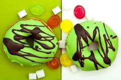 油炸圈饼和五颜六色的糖果 免版税库存照片