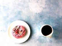 油炸圈饼和无奶咖啡 库存图片