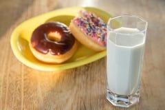 油炸圈饼和杯子牛奶 库存照片