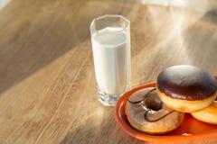 油炸圈饼和杯子牛奶 免版税库存照片