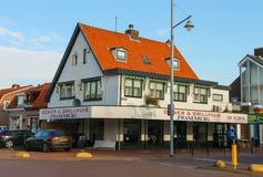 油炸圈饼和格栅议院和汽车在Zwanenburg临近它 库存图片