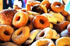 油炸圈饼和甜面包 免版税库存照片