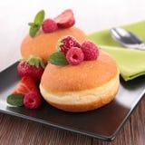 油炸圈饼和莓果 免版税库存照片