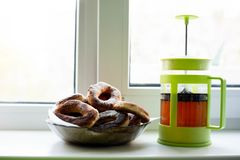 油炸圈饼在糖粉和茶的早餐 库存图片