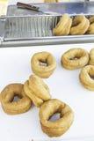 油炸圈饼市场 库存图片