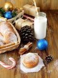 油炸圈饼柏林人和圣诞节属性牛奶围拢的一杯 库存图片