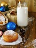 油炸圈饼柏林人和圣诞节属性牛奶围拢的一杯 图库摄影