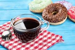 油炸圈饼用咖啡 免版税库存照片
