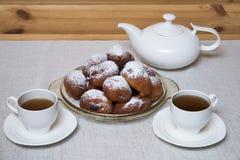 油炸圈饼用茶 免版税库存图片