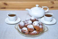 油炸圈饼用茶 免版税图库摄影