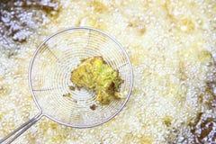 油炸在平底锅的鱼在印度 免版税库存图片