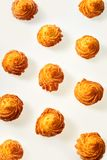 油炸马铃薯片在白色的油煎的金黄土豆转动  免版税库存照片
