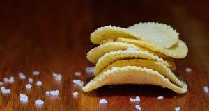油炸马铃薯片或芯片与盐 库存图片