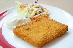 油炸马铃薯片油煎的鱼排 库存照片