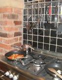 油煎一顿膳食在一个土气厨房里 免版税库存图片