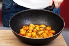油煎土豆的少妇 库存图片