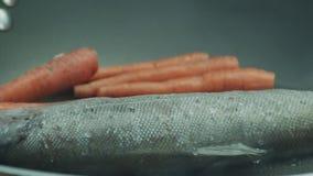 油煎在一个平底锅的奥赫里德湖棕色troutÂ用红萝卜 股票录像