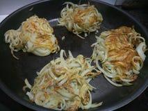 油煎在一个热的不粘锅的平底锅的Spiralized土豆 免版税库存照片