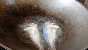 油煎在一个煎锅的鱼在开火 股票录像