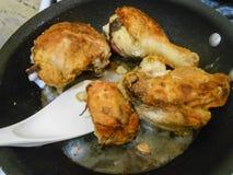 油煎在不粘锅的Fying平底锅的鸡 库存照片
