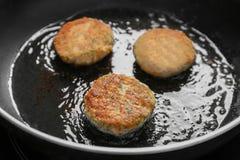 油煎在平底锅的三文鱼小馅饼 免版税库存图片