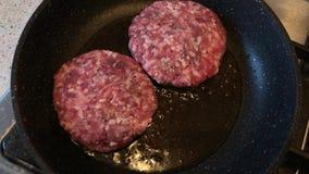 油煎在平底锅的两个汉堡包 股票录像