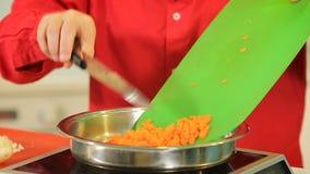 油煎在平底锅的切好的红萝卜 影视素材