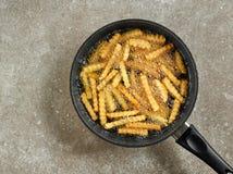 油煎在平底锅的土豆 库存图片