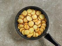 油煎在平底锅的土豆 库存照片