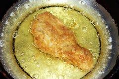 油煎在平底锅的鸡腿 免版税图库摄影