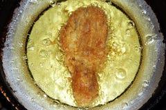 油煎在平底锅的鸡腿 库存照片