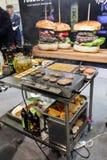 油煎在平板炉的汉堡牛排在Gastrofood -食物的承办宴席的商品交易会和饮料在克拉科夫 免版税库存照片