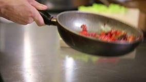 油煎在旅馆或餐馆厨房里准备的蔬菜餐 股票录像