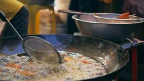 油煎在棕榈油的亚裔厨师鱼丸在大铁锅平底锅在唐人街 曼谷,泰国- 23日DEC 2017年 股票视频