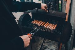 油煎在火的人香肠 免版税库存照片