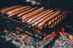 油煎在火的人香肠 免版税图库摄影