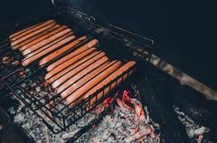 油煎在火的人香肠 免版税库存图片