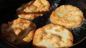 油煎平的油炸圈饼 影视素材