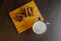 油煎方型小面包片有啤酒视图从上面 库存图片
