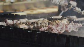 油煎烤肉片在restkebab肉背景期间的 在串烤的烤肉串 股票视频