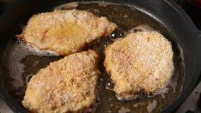 油煎猪肉用面包渣涂在平底锅 股票视频